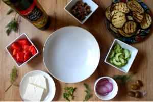 Jednostavna salata sa grilovanim patlidzanom i feta sirom