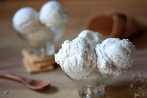 Ukusan i kremast sladoled sa slagom i kiselom pavlakom