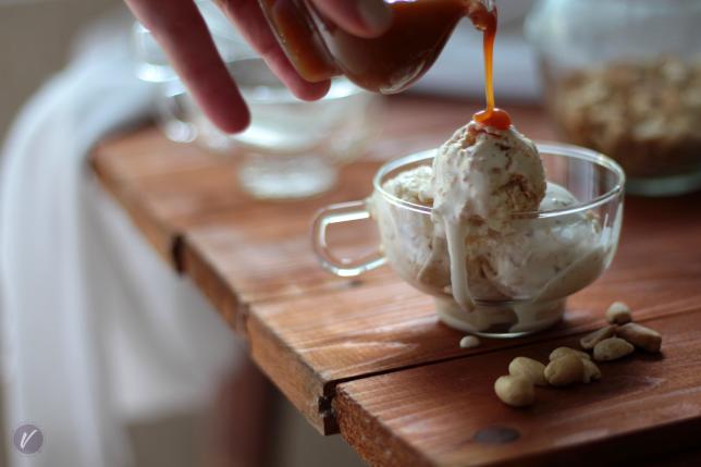Kremast sladoled sa kikirikijem i prelivom od karamele
