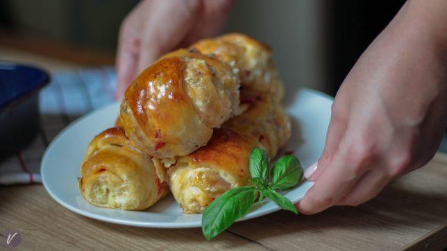 Mekane i mirisne pica zemicke punjene kulenom i kackavaljem